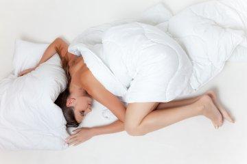 Nem alszik bizsergő lába miatt? Ez a nyugtalan láb szindróma